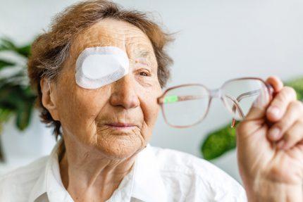 Mắt mờ sau mổ đục thủy tinh thể cần xử trí sớm để tránh mù lòa