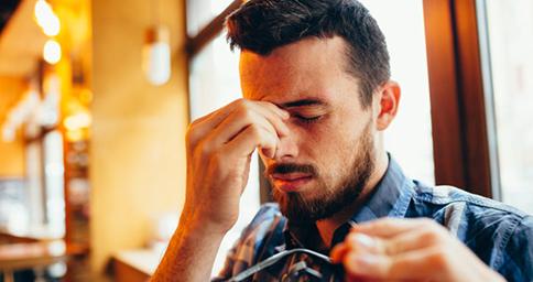 Mắt mờ đột ngột có thể do nhiều bệnh lý gây ra