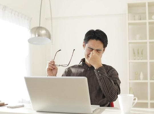 Mắt bị khô và mỏi mờ do xem điện thoại máy tính nhiều